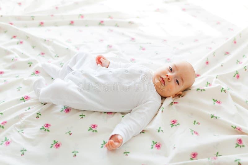 Bebé que miente en cama fotografía de archivo
