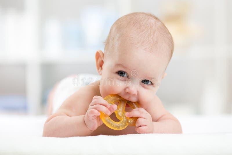Bebé que miente en el pañal weared vientre con fotografía de archivo
