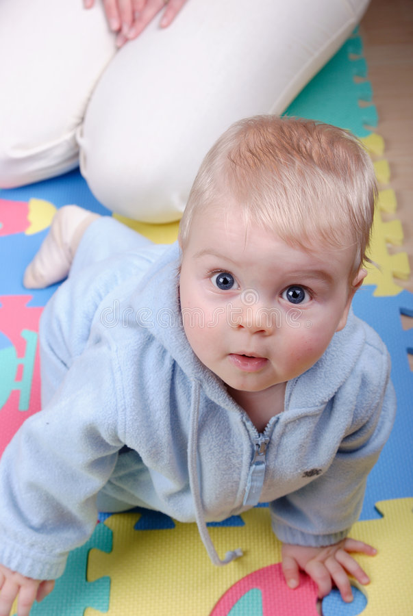 Bebé que miente en suelo imagen de archivo libre de regalías