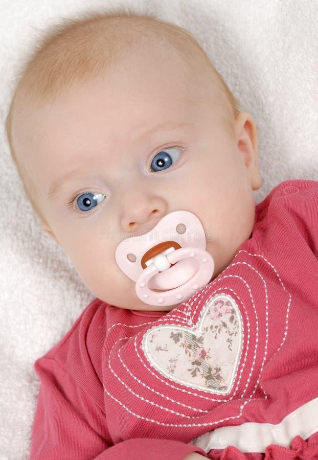 Bebé que miente en una manta blanca foto de archivo libre de regalías