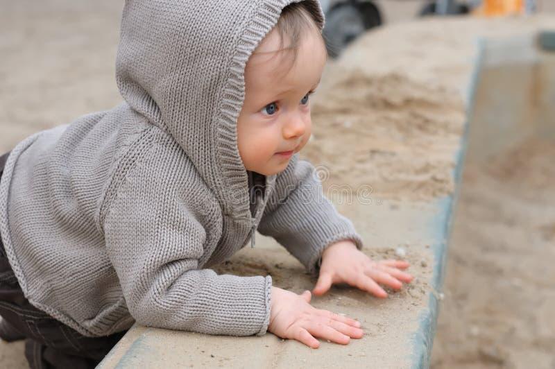 Bebé que plaing no campo de jogos fotos de stock royalty free