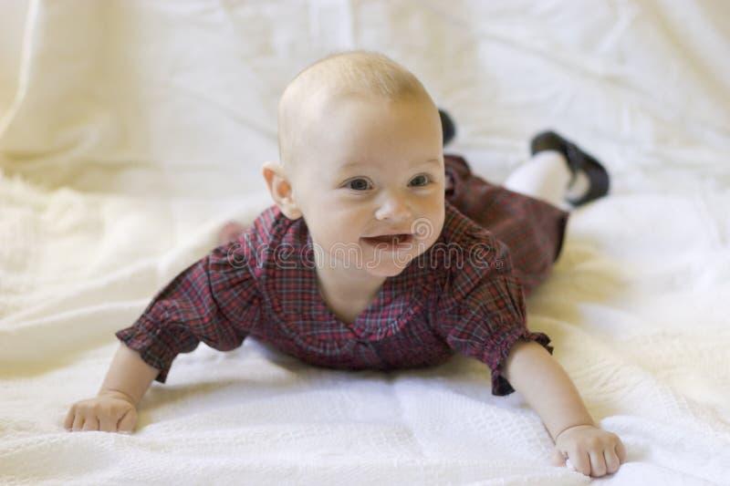 Bebé que pone en el estómago con la pista para arriba foto de archivo libre de regalías