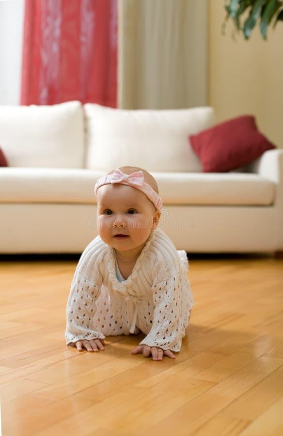 Bebé que rasteja em um assoalho fotografia de stock