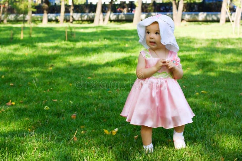 Bebé que recorre en el parque. foto de archivo libre de regalías