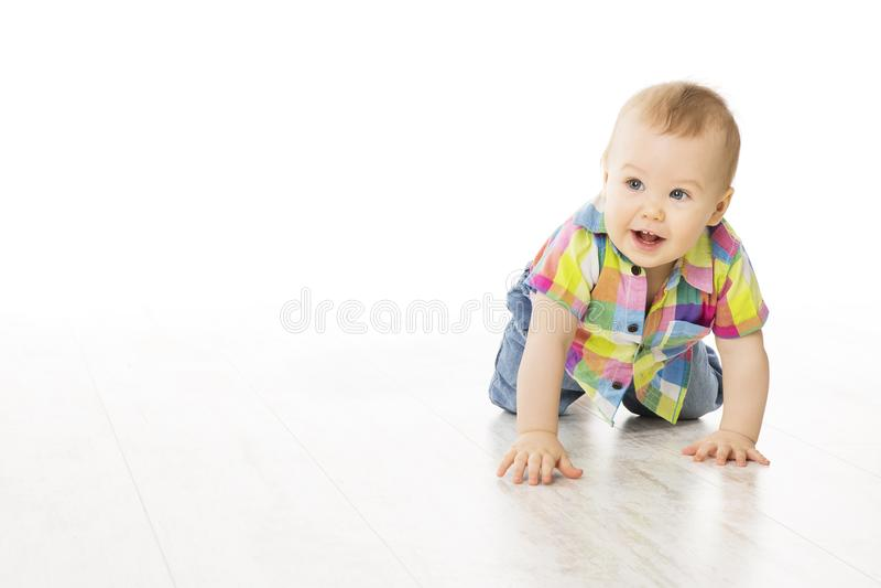 Bebé que se arrastra en el piso blanco, arrastre del muchacho del niño en todos los fours, blancos fotografía de archivo