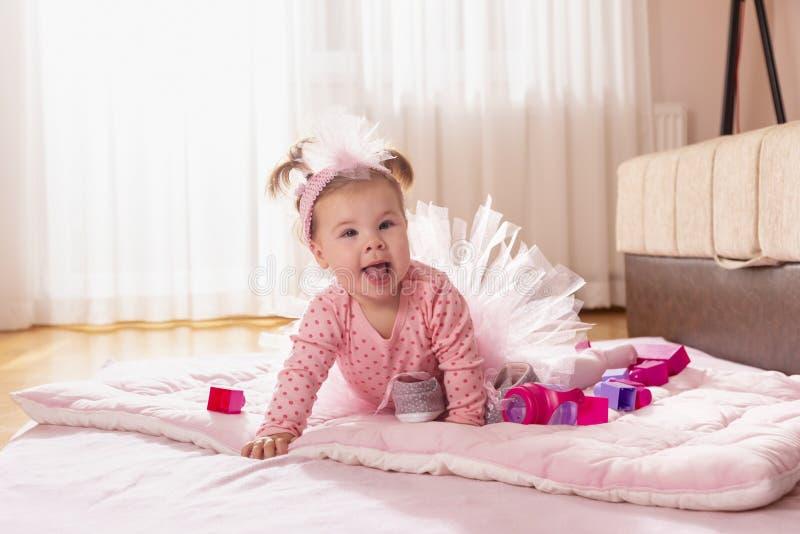 Bebé que se arrastra en el suelo fotografía de archivo libre de regalías