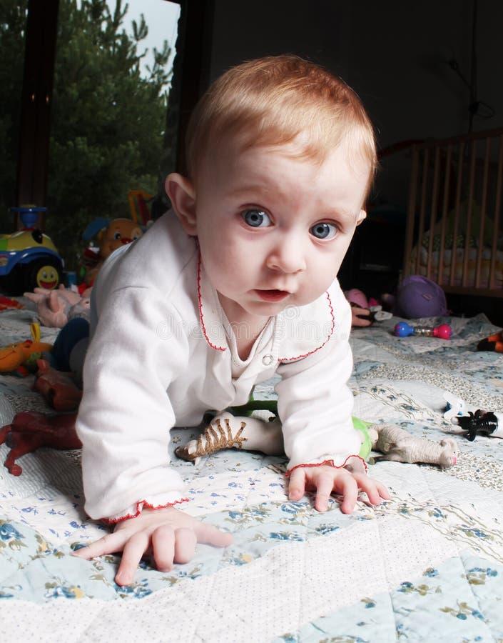 Bebé que se arrastra en todos los fours foto de archivo libre de regalías