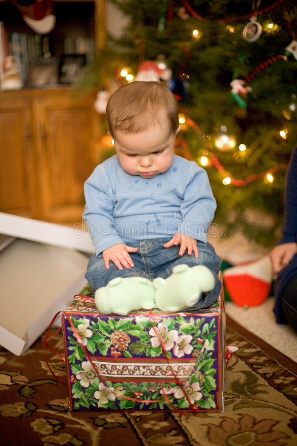 Bebé que se sienta el regalo de Navidad fotografía de archivo libre de regalías