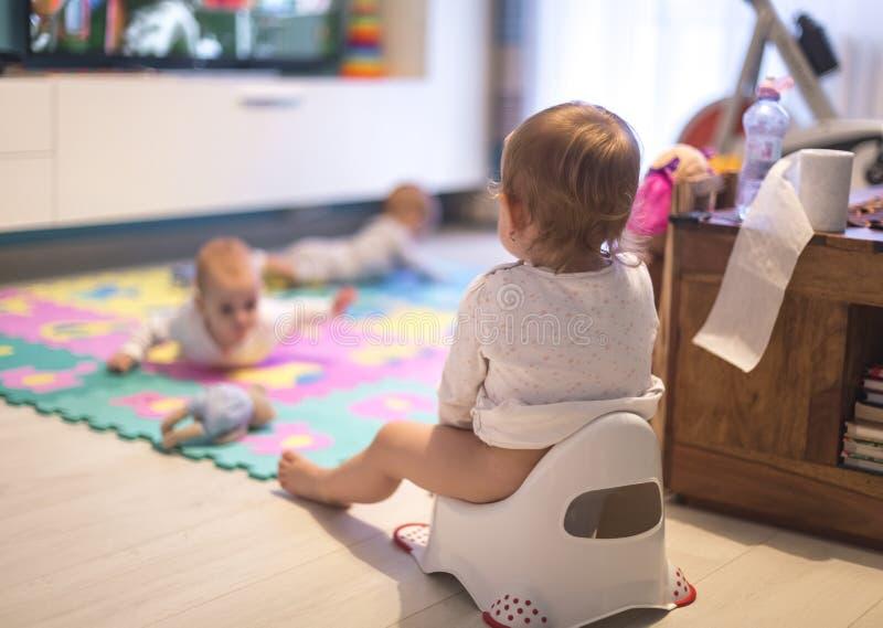 Bebé que se sienta en el potty imagenes de archivo