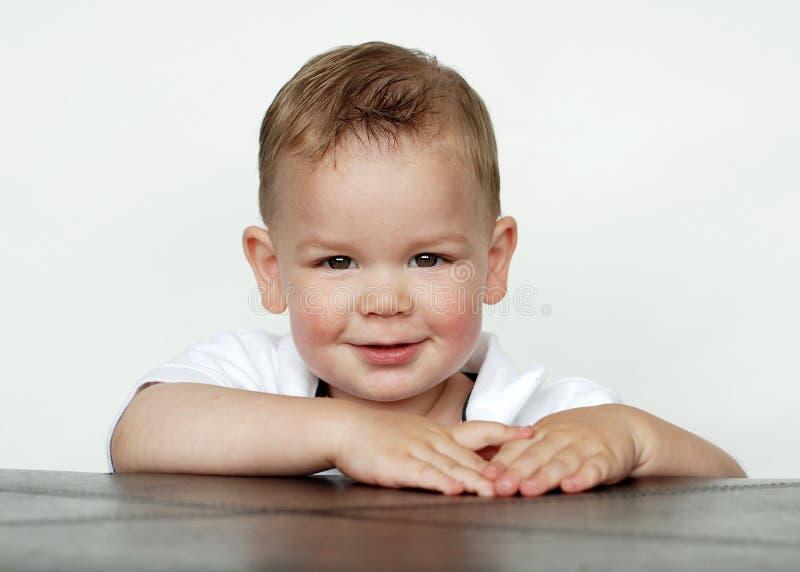 Bebé que sonríe en estudio imagenes de archivo
