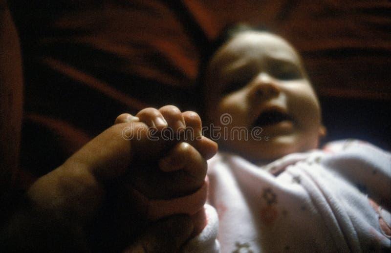 Bebé que sostiene un finger fotos de archivo libres de regalías
