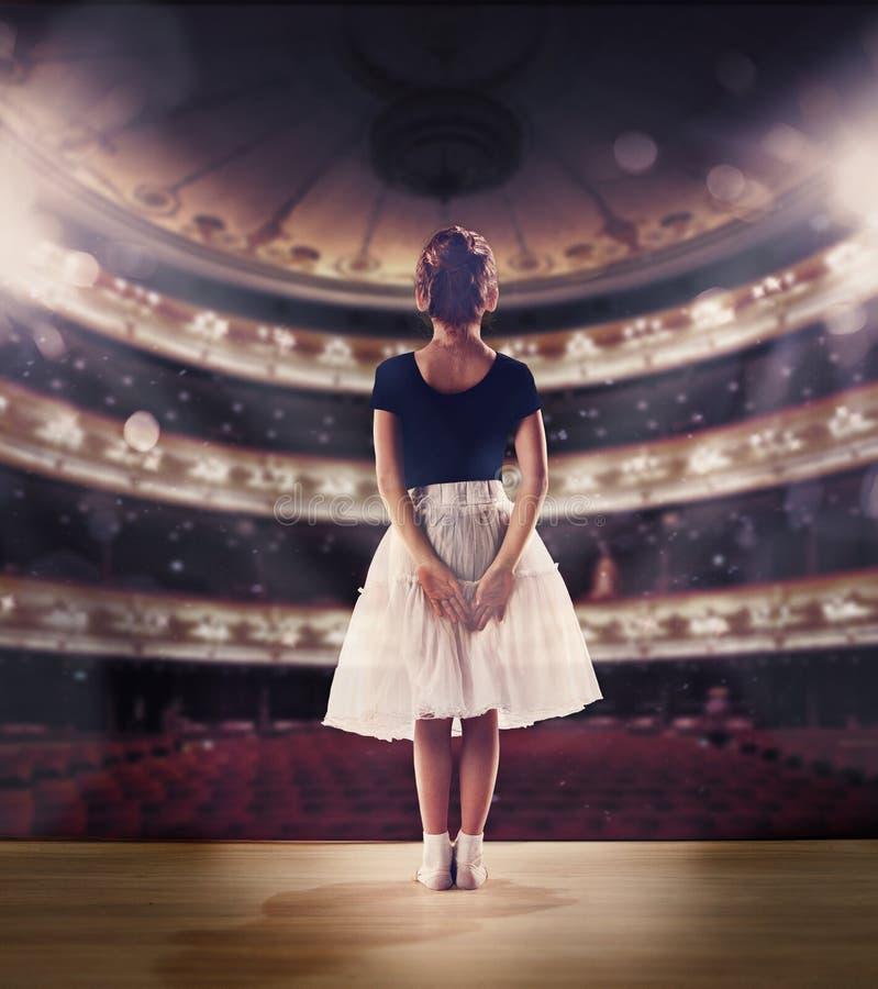 Bebé que sueña un ballet del baile en la etapa Concepto de la niñez fotos de archivo