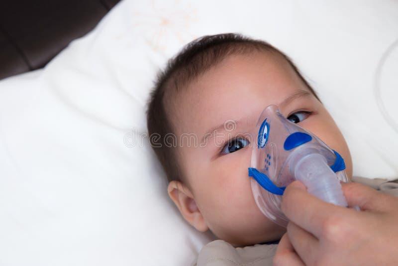 Bebé que usa el espaciador fotos de archivo libres de regalías