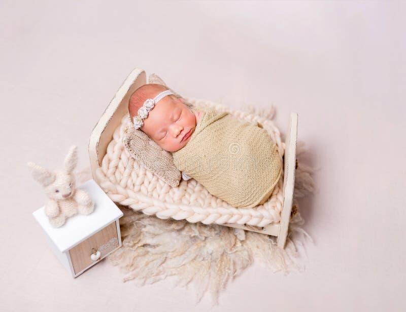 Bebé recém-nascido de sono imagem de stock