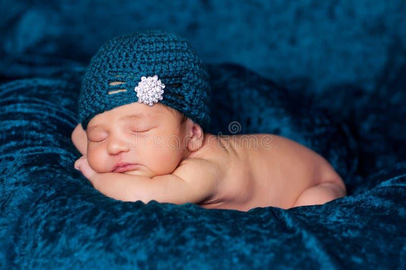 Bebé recém-nascido que desgasta um chapéu do estilo do Flapper da cerceta imagens de stock royalty free