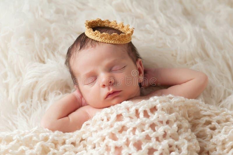 Bebé recién nacido con Crown de príncipe foto de archivo libre de regalías