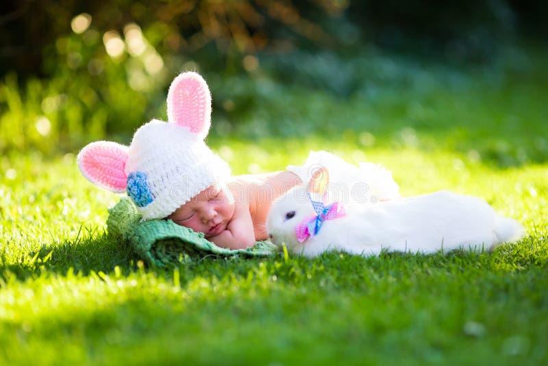 Bebé recién nacido con el conejito de pascua fotos de archivo libres de regalías