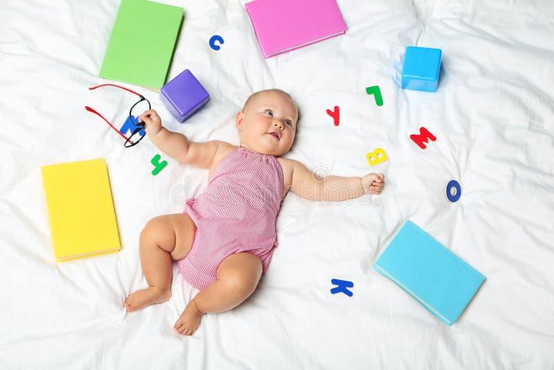 Bebé recién nacido con los libros foto de archivo