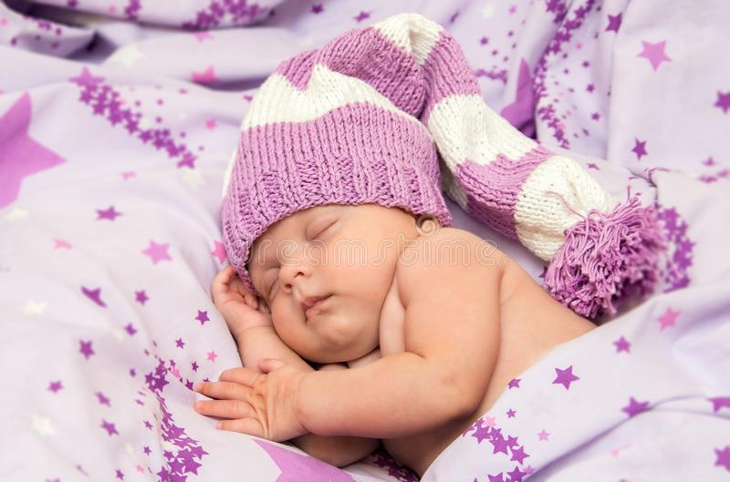 Bebé recién nacido del retrato dulce un sueño en sombrero largo del gnomo fotografía de archivo libre de regalías