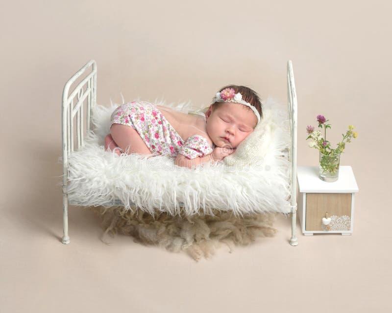 Bebé recién nacido durmiente foto de archivo libre de regalías