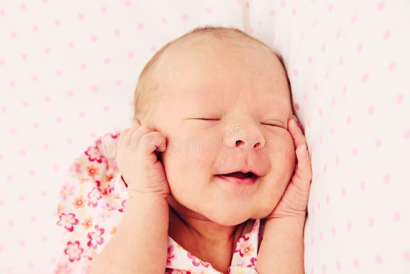 Bebé recién nacido durmiente adorable fotografía de archivo libre de regalías