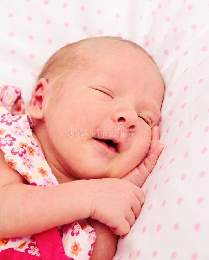 Bebé recién nacido durmiente adorable imagen de archivo libre de regalías
