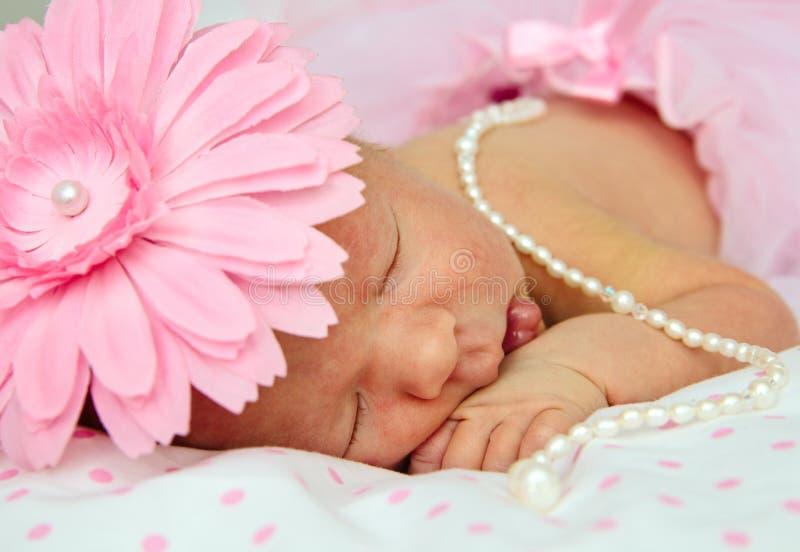 Bebé recién nacido durmiente adorable imágenes de archivo libres de regalías