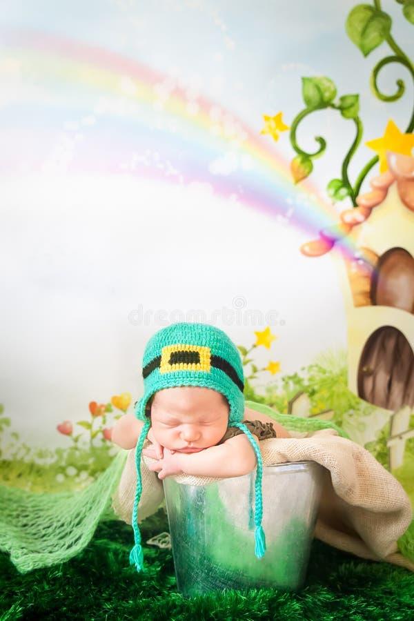 Bebé recién nacido durmiente en un sombrero del día del ` s de St Patrick foto de archivo libre de regalías