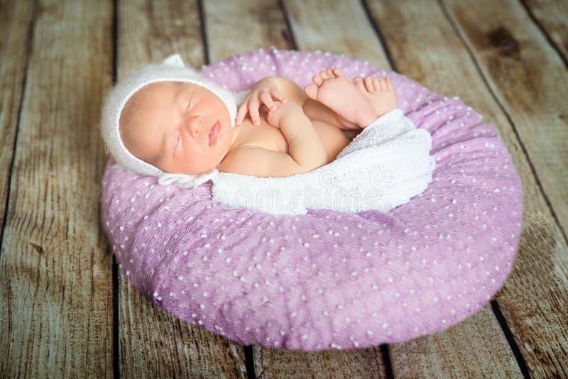 Bebé recién nacido durmiente en una almohada violeta fotos de archivo libres de regalías