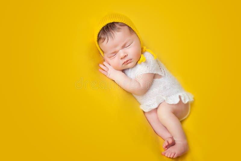 Bebé recién nacido durmiente precioso foto de archivo