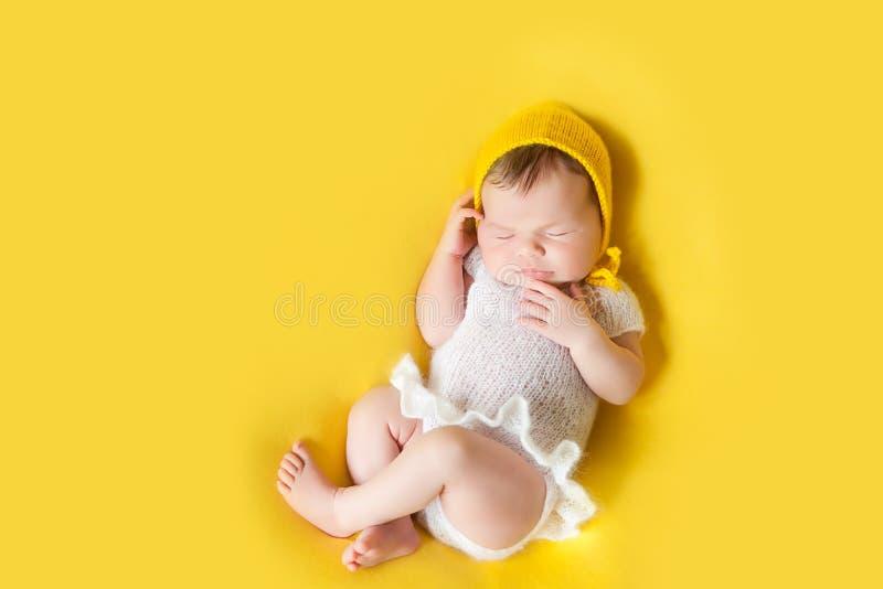 Bebé recién nacido durmiente precioso imagen de archivo libre de regalías