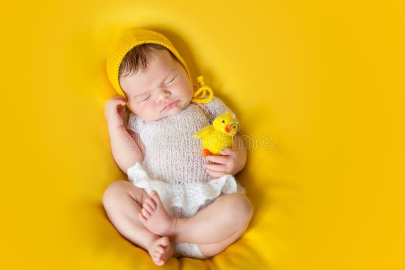 Bebé recién nacido durmiente precioso fotos de archivo libres de regalías