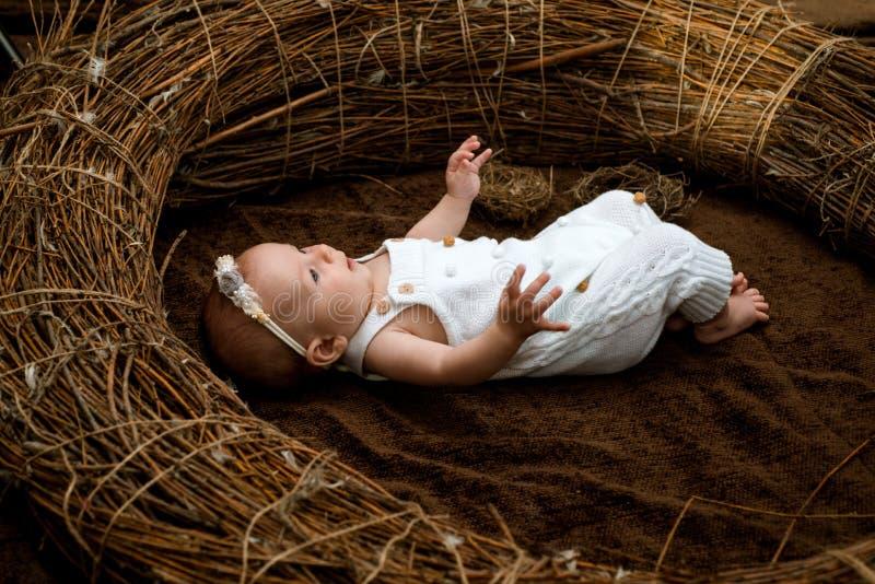 Bebé recién nacido Elegir el pediatrist o al pediatra para el bebé recién nacido El médico del pediatra o de cabecera es atención fotos de archivo