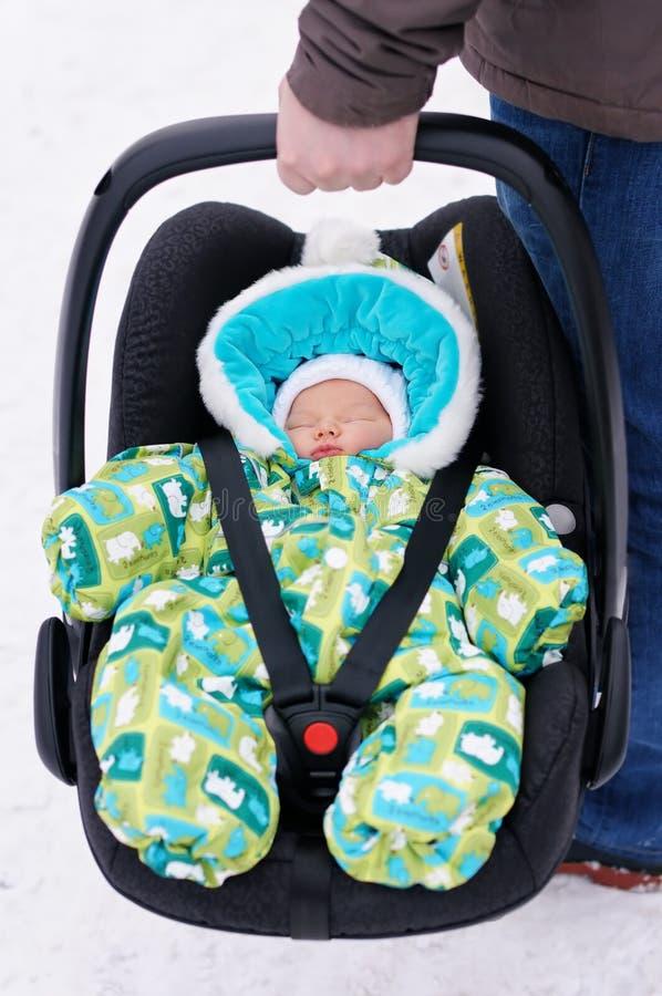 Bebé recién nacido en el asiento de carro imagen de archivo