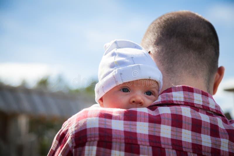 Bebé recién nacido en el casquillo blanco imagenes de archivo