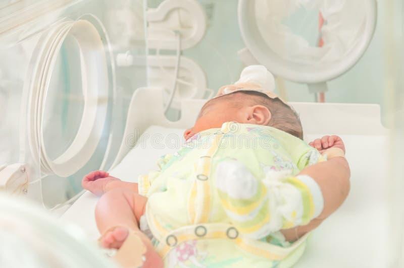 Bebé recién nacido en el hospital - imagen del color foto de archivo