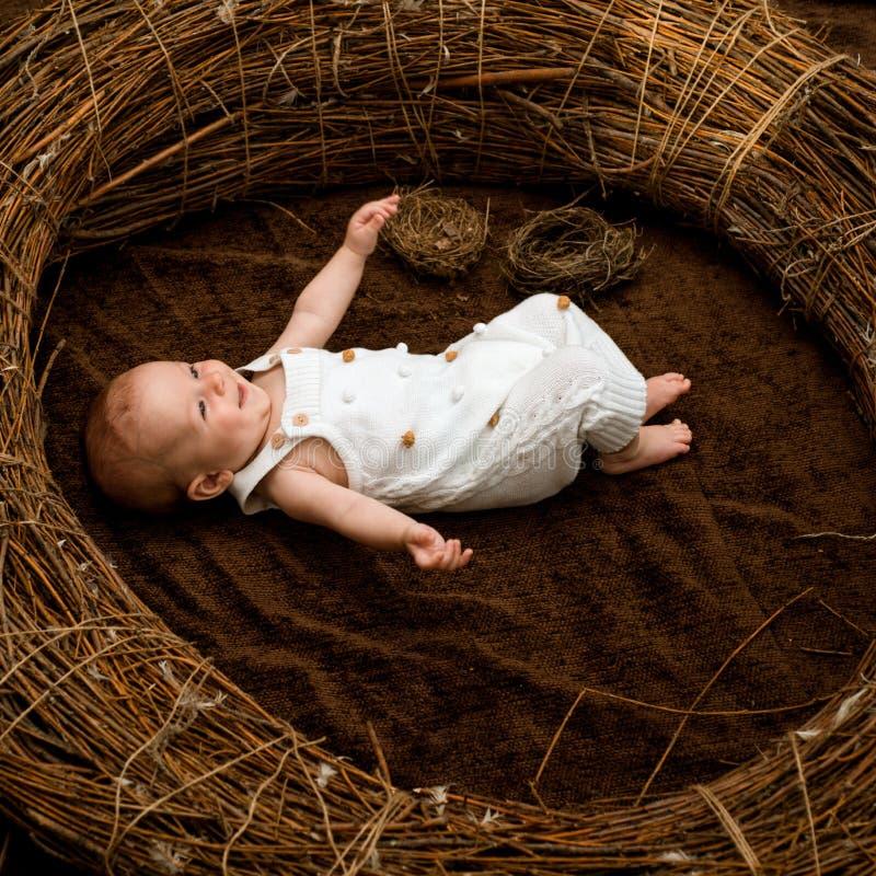 Bebé recién nacido Bebé recién nacido en pesebre Cuidado de niños y protección Un lugar para los sueños de los niños Maternal y n imagen de archivo