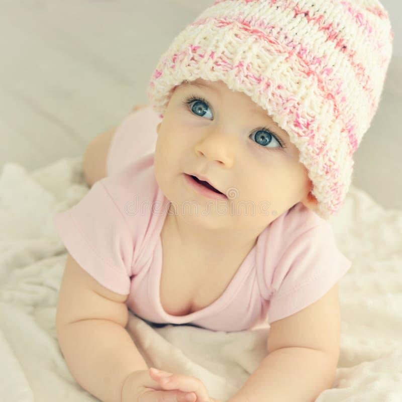 Bebé recién nacido en sombrero hecho punto rosa imagen de archivo
