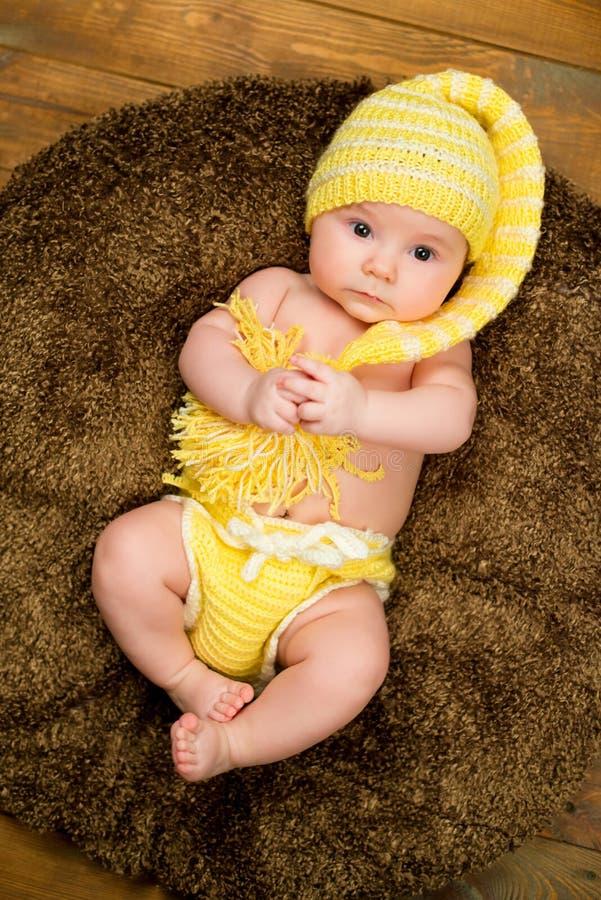 Bebé recién nacido en un sombrero hecho punto caliente imagen de archivo