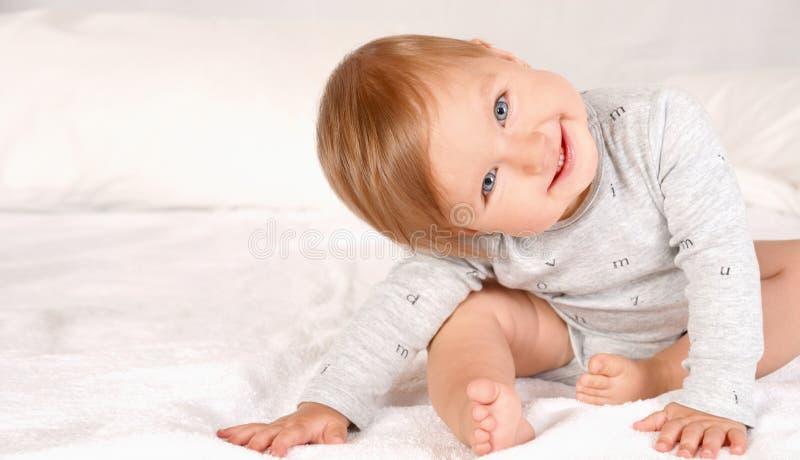 Bebé recién nacido feliz que sonríe y que mira la cámara imágenes de archivo libres de regalías
