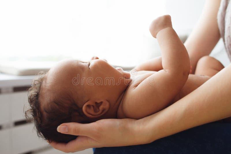 Bebé recién nacido gritador en las manos de la madre, espacio libre foto de archivo libre de regalías