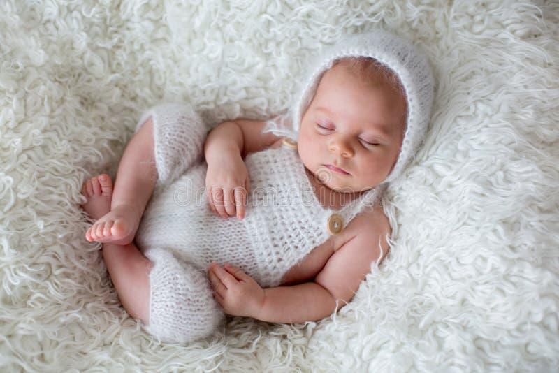 Bebé recién nacido hermoso, durmiendo imagen de archivo
