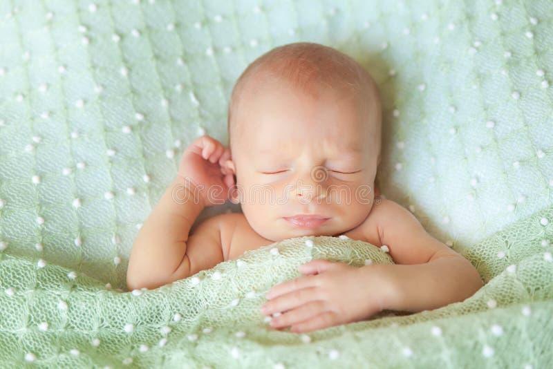 Bebé recién nacido lindo durmiente en una manta verde imágenes de archivo libres de regalías