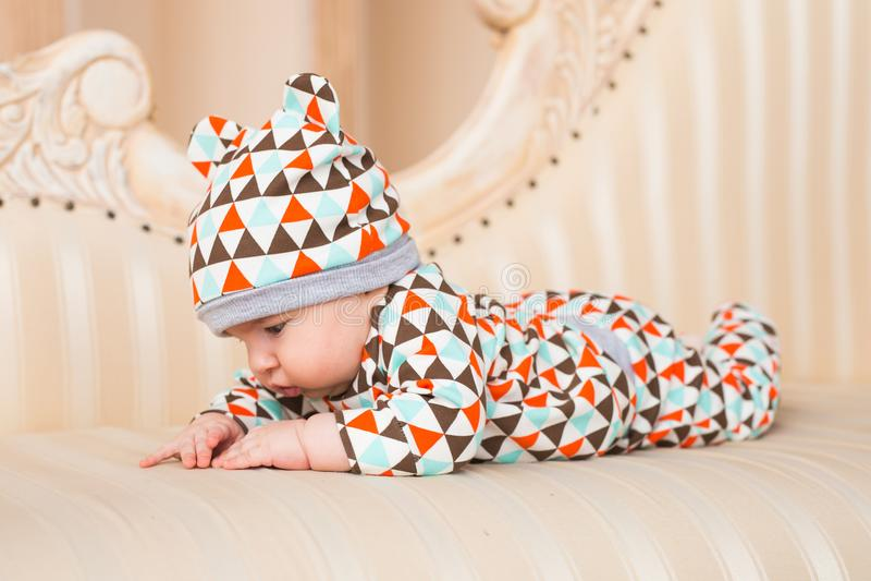 Bebé recién nacido lindo en sitio soleado imagenes de archivo