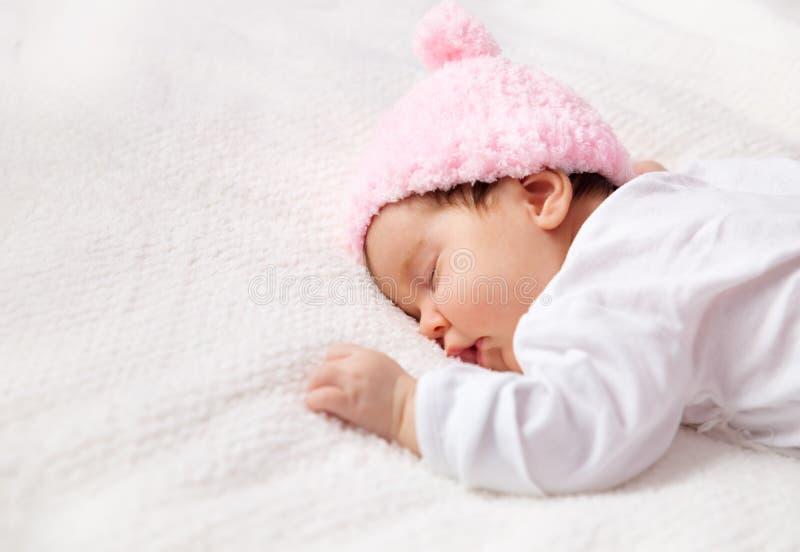 Bebé recién nacido lindo que miente en la cama imágenes de archivo libres de regalías
