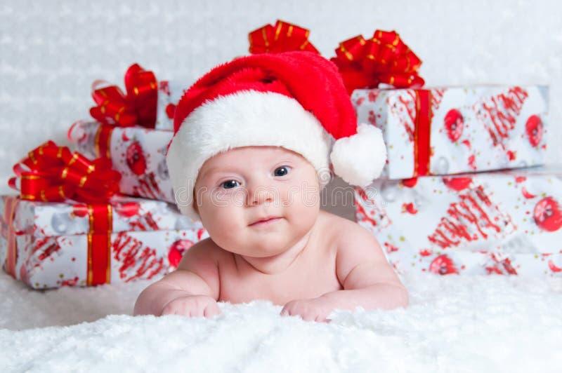 Bebé recién nacido Papá Noel con los regalos de la Navidad fotografía de archivo