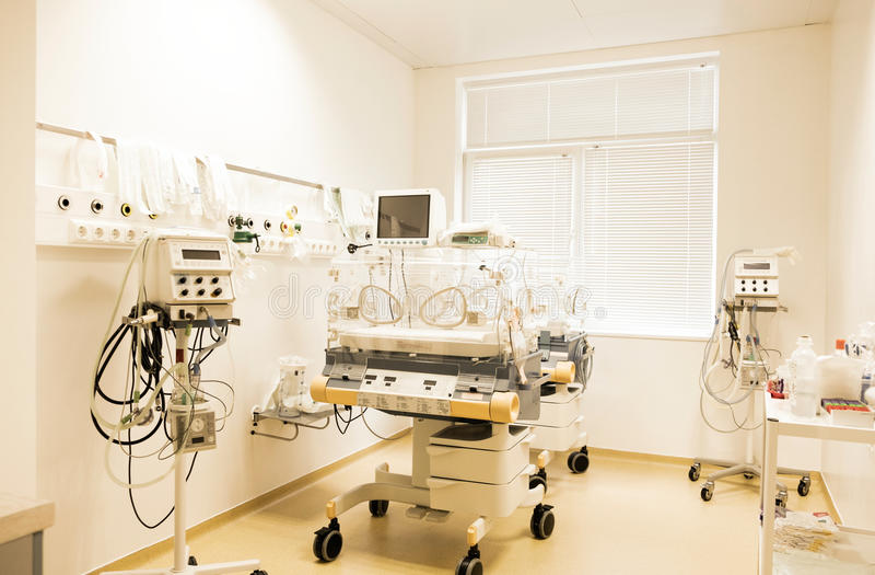 Bebé recién nacido que duerme en una incubadora en hospital foto de archivo