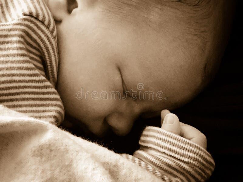 Bebé recién nacido que duerme pacífico fotos de archivo libres de regalías