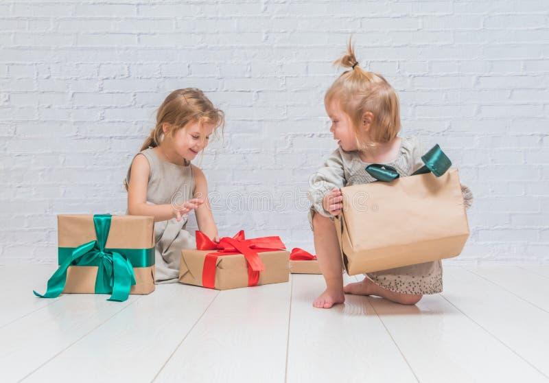 Bebé, regalo de cumpleaños de la muchacha, día de fiesta, la Navidad, pared de ladrillo blanca b fotos de archivo libres de regalías