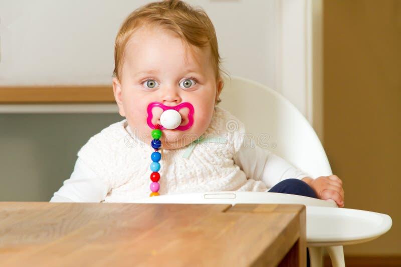 Bebé sonriente con el soother imágenes de archivo libres de regalías